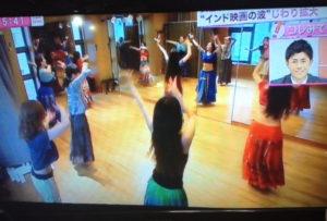 本校のボリウッドダンスクラスは、フジテレビ「スーパーニュース」に取り上げられ、話題となりました!ボリウッドダンスの練習