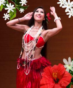 ベリネシアンダンスとは、情熱的なポリネシアンダンスと優美なベリーダンスの動きを融合させた魅惑的なダンススタイルです。 タヒチアンドラムに合わせたオテア、歌詞に合わせたアパリマ、またタヒチの歓迎の踊りをベリーダンスと綺麗に融合した振り付けを学んでいきます。 また姿勢、基本の動き、ポリネシアンダンスとベリーダンスの違い等を丁寧に指導致しますので、ダンス未経験者の方でも気軽に御参加頂けます。 レッスンではパレオを腰に巻き、美しいポリネシアの音楽に乗せて楽しく踊っていきます。