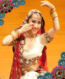 ボリウッド-Bollywood-はインド・ムンバイの映画産業全般につけられた名称であり、ムンバイの旧称ボンベイ-Bombay-の頭文字と、アメリカ映画産業の中心地「ハリウッド」を合わせてつけられた、ゴージャスで華麗なダンスをのことを言います。 また、光り輝く豪華なジュエリーや衣装を身に纏い、華麗に舞い踊るのがボリウッドダンスの特徴ともいえます。